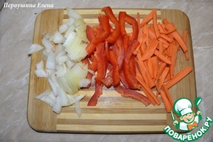To put water on the stove to boil. Onion cut into cubes, carrots grate on a coarse grater or cut into stripes, and the pepper cut into strips.