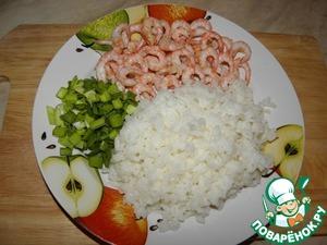 Рис и креветки отварить, лук нарезать