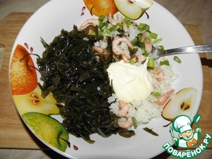 Соединить рис, креветки, лук, морскую капусту, майонез. Проверить на специи