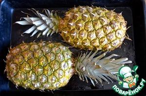 7.Смазать внутреннюю часть обеих половинок ананаса маслом и положить срезом вниз на противень. Запекать при 180С 15 минут. Ананас немного карамелизируется.