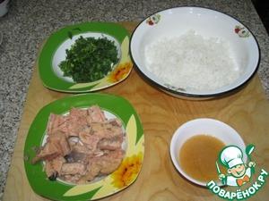 Просеять муку, отделить рыбу от жидкости в отдельные емкости, зелень измельчить, рис заранее отварить
