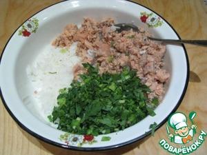 Готовим начинку: рыбу разминаем вилкой, но чтобы кусочки были и покрупнее. Смешиваем с отварным рисом, добавляем зелень и жидкость от консервов регулируя сочность начинки. Солим, перчим (по вкусу).