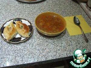 Подаем к обеду, к первому, к ужину к чаю ну и как вы любите. Сегодня я кормила семью очень простым супчиком с этими вкусными расстегайчиками.
