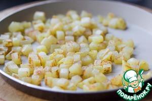 Картофель почистить и нарезать на небольшие кубики. На оливковом масле пожарить картофель с золотистой корочкой до готовности. Посолить в конце.