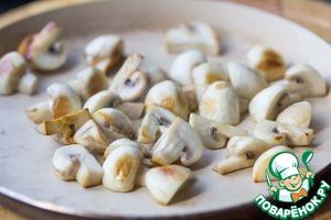 Грибы помыть или почистить. Нарезать на четвертинки или половинки, в зависимости от их размера. На оливковом масле пожарить грибы до готовности и румяности. Посолить.