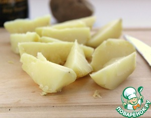 Boil the potatoes in their skins, peel and cut into large slices. Even better if the potatoes bake in the oven.