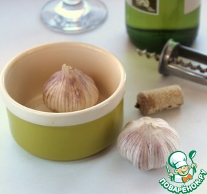 The heads of garlic a bit to cut the bottom part, put in a small baking dish, pour a glass of wine, add sugar and put in a preheated 200* oven for 15-20 min.  The recipe was offered red wine, I used dry white.