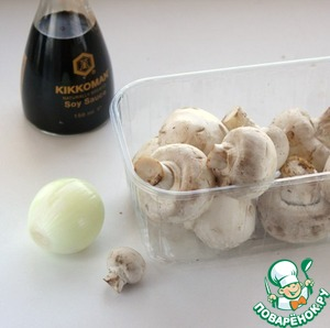 Mushrooms can be any. Mushrooms wipe clean with a cloth and slice, preferably large. Peel the onion and cut into half rings.