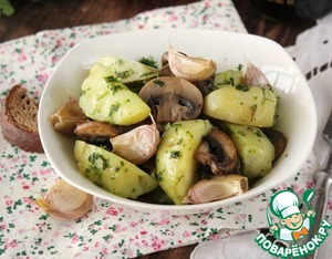 Add to the potatoes mushrooms, roasted garlic, flatten the taste, and the salad is ready.