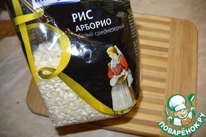 Когда вода закипит, посолить ее, приправить и добавить рис.