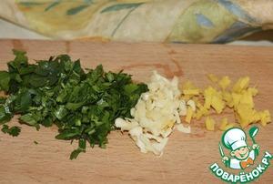 Небольшой ломтик корня имбиря (1 см), зелень кориандра (кинзы) и чеснок мелко рубим. Отправляем на разогретую сковороду с небольшим количеством растительного масла. Пассеровать в течение 1 минуты.