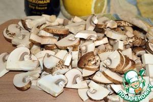 Отправляем в сковороду грибы. Продолжаем жарить порядка 5 минут до готовности (если используете белые грибы, их предварительно нужно отварить)!