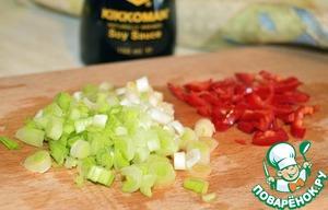 Вливаем соевый соус и лимонный сок, добавляем мелко рубленный перец чили и только белую часть зеленого лука. Жарим еще 3-4 минуты.