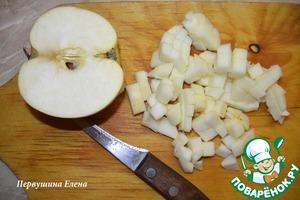 Яблоко очистить и нарезать кубиками.