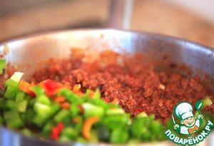 Порубленный небольшими кубиками лук обжарить на оливковом масле до лёгкой золотистости.   Добавить мелко порубленный чеснок и через 10-15 секунд мясо.   Обжарить фарш до побеления, влить вино, снять со дна лопаточкой образовавшийся нагар и добавить томаты и варёную фасоль.   После закипания добавить растёртые пряности и шоколад (можно заменить какао порошком).   Через несколько минут добавить порезанный сладкий перец и свежий чили, очищенный от семян.