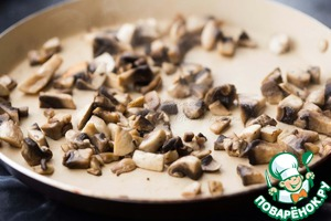 Mushrooms cut into small cubes. First, put on a dry heated pan. When the moisture from the mushrooms out, add a little oil and fry to light it will turn brown.
