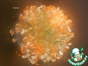 """Добавляем морковь, соль, специи, соевый соус, всё перемешиваем и тушим ещё пару минут. Огонь, если был большой, убавьте. Прошу прощения за """"туманное"""" фото."""