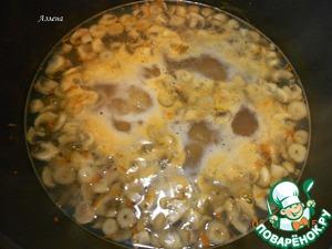 Засыпаем вермишель, варим до готовности вермишели (у меня на пачке было указано 4 минуты). Добавляем томатную пасту, хорошенько перемешиваем и держим ещё несколько минут, чтобы блюдо стало погуще.