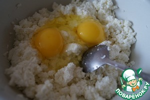Mix cottage cheese with eggs and salt.