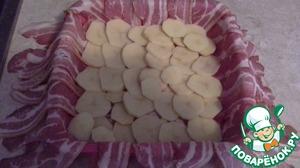 Выложить тонким слоем порезанный тонкими кружочками картофель, посыпать молотым перцем, солить не надо.