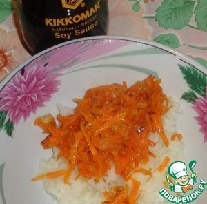 Итак, понадобится предварительно сваренная до готовности чечевица и рис.    Морковь натереть на крупной терке, репчатый лук мелко нарезать. Потушить до готовности лук и морковь в воде, а затем 2-3 минуты обжарить овощи на растительном масле.