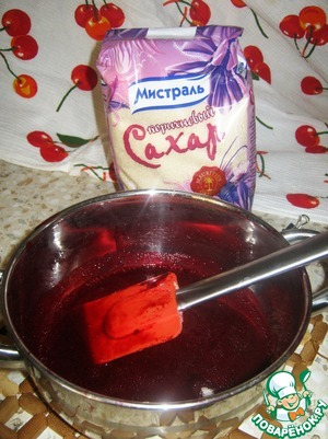 Add the currant juice, put sugar on medium heat. Once the mixture starts to boil, add agar-agar with water.