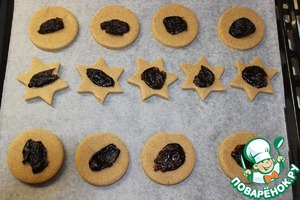 Lay out cookies on a baking sheet, embedded in the middle of each half of the prunes. Bake in the oven for 10-15 minutes at 180 degrees.