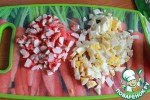 Slice the crab sticks and eggs in cubes.