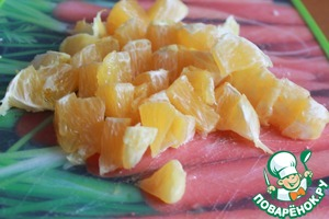 Peel, divide into slices and chop the orange.