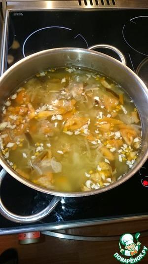 Отвариваем квашеную капусту до полумягкого состояния. Чайную ложку сахара можете сразу добавить.    Затем добавляем грибы, лук, картофель. Как закипит, варим 5 минут.    Затем кладем мелконарезанный чеснок с помидорами и через 5 минут варки выключаем. Солите по вкусу.