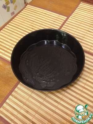 Baking dish (I have 30 cm) greased with olive oil, put in 3 minutes in a pre heated oven (180 degrees). This is to ensure that our batter is evenly spread on the form.