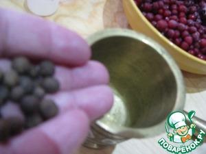 Всыпать душистый перец в ступку и слегка растолочь-чтобы ягоды не покрошились мелко, а просто разломились на несколько частей.