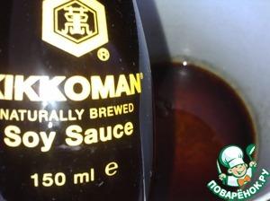"""Приготовить соевый маринад: в кастрюльку всыпать сахар, нагреть до получения однородной светлой карамельной массы, затем влить соевый соус ТМ """"Kikkoman!"""", рисовый уксус и воду, довести до кипения."""