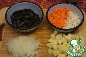Пока варится мясо, нашинковать морковь и сельдерей соломкой, лук измельчить. Картофель нарезать кубиками.