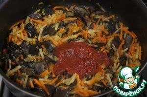 Добавить томатную пасту, поперчить и немного обжарить.