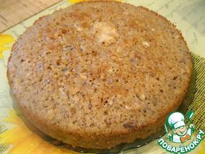 Маргарин комнатной температуры взбить с сахаром, постепенно добавляя по одному яйцу. Потом добавить пряности и ванильный сахар. Муку просеять и смешать с разрыхлителем. Постепенно ввести в массу, хорошо размешивая и добавляя орехи и изюм. Тесто должно получиться чуть густоватое, однородное, мягкое. Выложить его в форму, смазанную маслом и присыпанную сухарями. Отправить в духовку на 40 минут при 190 градусов.