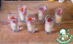 Serve in cups, put on top of the couscous, the salmon slices. You can decorate the eggs halibut.