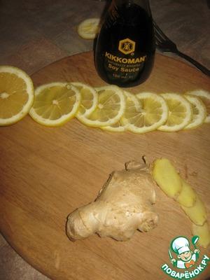 Нарезать на ломтики имбирь и половинку лимона