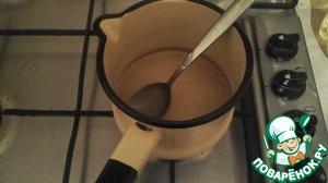 Для маринада смешиваем винный уксус, водку с водой, соль и сахар. Доводим до кипения. Охлаждаем.