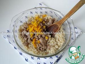 Разделить фарш: 1/3 обжарить на сковороде и смешать с рисом и сыром. Так же я добавила немного нарезанной, обжаренной тыквы.