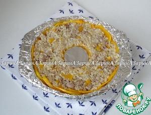 Сверху выложить рис с фаршем и легонько утрамбовать. Форму с рисом поставить запекаться в заранее разогретую духовку до 200 гр. на 20 минут.