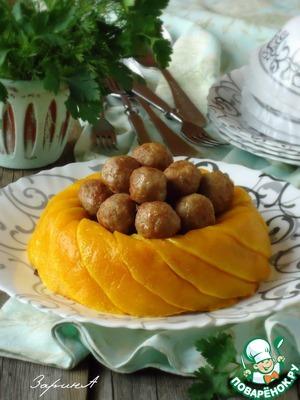 """Готовую рисовую """"корону"""" перевернуть на сервировочное блюдо. В центр её выложить фрикадельки, подавать к столу. Приятного!"""
