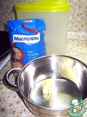 Очищенные мидии оставить размораживаться естественным образом.   Небольшую кастрюльку поставить на небольшой огонь, положить туда 20 г сливочного масла. Как только масло растает добавляем в кастрюльку рис и тщательно перемешиваем его с маслом. Мешаем пару минут, солим и заливаем кипящей водой. Этот рис медленно напитывается водой и готовится от 40 минут до 1 часа.