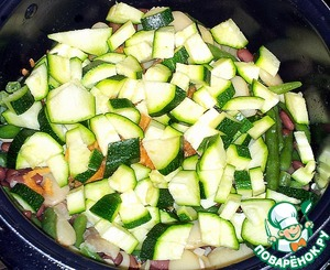 Cut zucchini and put in the beans, poured olive oil. If liquid enough, you can add cepacol water.