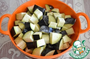 4. For eggplant: eggplant cut into fairly large cubes, put in a colander, sitting on the pan, sprinkle with salt and put under oppression. Leave for an hour, went to excess fluid.