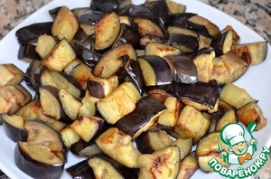 6. Hands squeeze the remaining liquid from the eggplant and dry them on paper towels. Heat the oil in a frying pan and fry the aubergines in two parishes. Add oil as needed. The pieces of eggplant should brown. It will take about 20 minutes. Remove the eggplant from the pan.