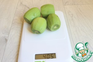 Make filling. Weigh the kiwi. We have 400g.
