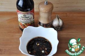 """Готовим маринад на основе соуса-маринада Teriyaki от """"Киккоман"""".   Смешиваем соус-маринад Teriyaki """"Киккоман"""" с оливковым маслом, выдавливаем чеснок, добавляем свежемолотую смесь перцев."""