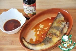 Натираем маринадом окуня, оставив 2 ложки для овощей.   Отставляем рыбу мариноваться на 1 час.