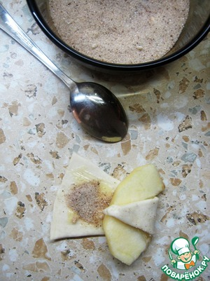 Apples peel and cut into slices according to the number of pieces of dough. And carefully wrap each slice in testani triangle.